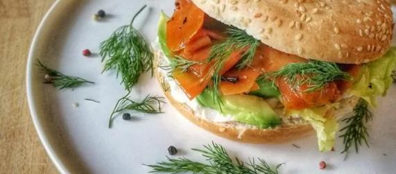Bagel de saumon fumé vegan et d'avocat